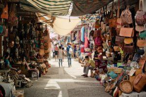 Allée du souk El Had d'Agadir au milieu des stands dédiés à l'artisanat