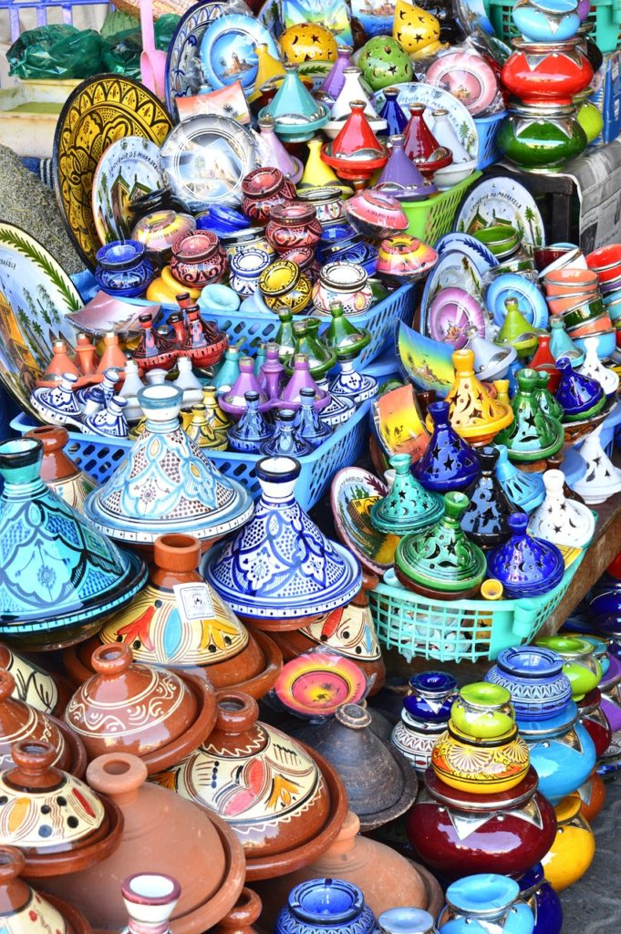 Des décorations et tagines conçus à la main que l'on retrouve sur Agadir