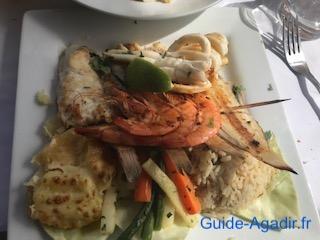 Assiette d'un plat au poisson servit au Petit Pêcheur d'Immi Ouaddar près d'Agadir